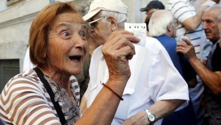 Франция снижает пенсионный возраст