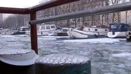 Ледокол-баржа в парижских каналах