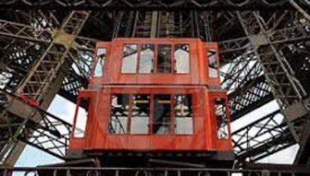 На Эйфелевой башне рухнул ремонтировавшийся лифт